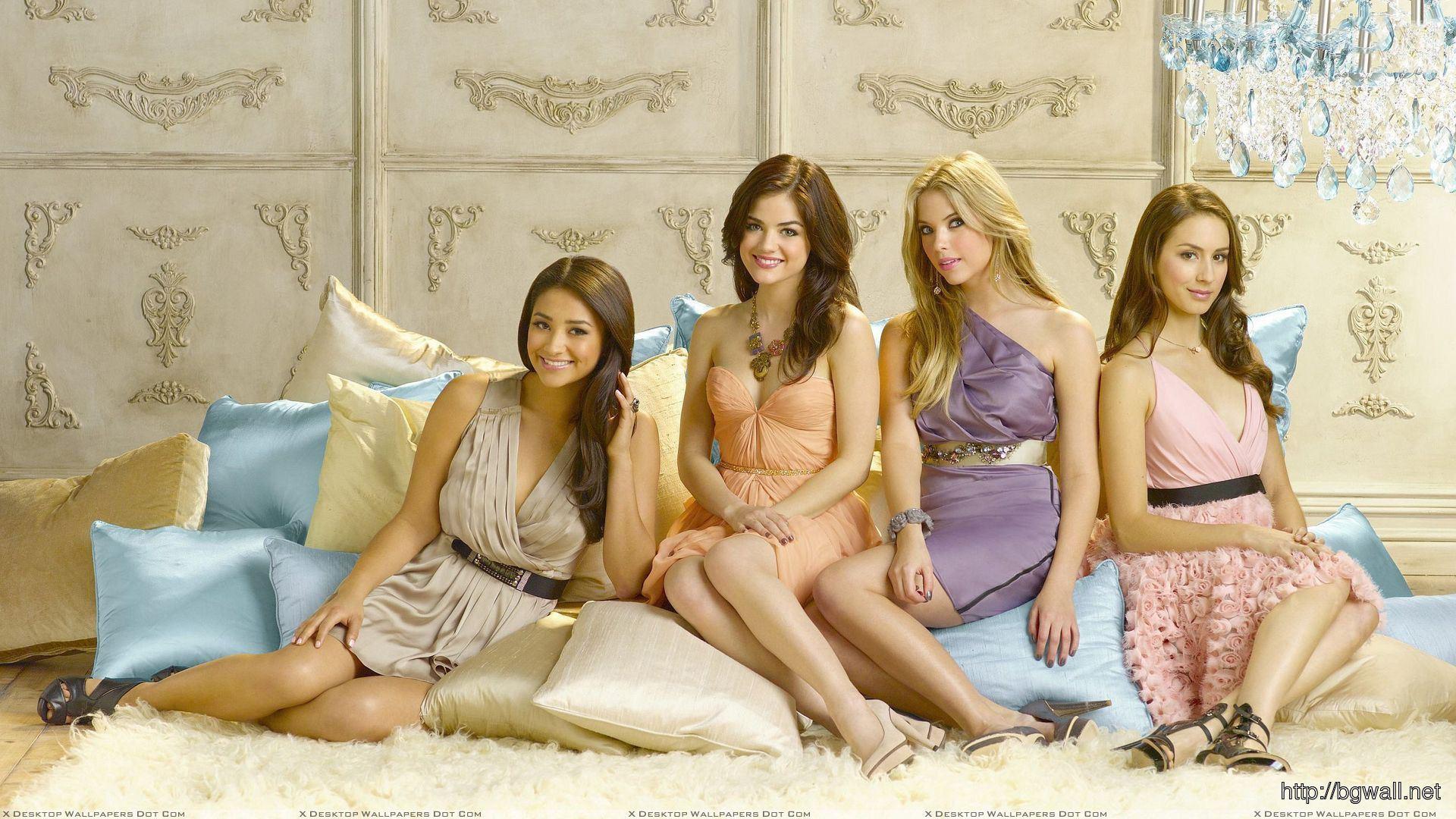 Pretty Little Liars Girls Smiling N Sitting Pose Wallpaper -4048
