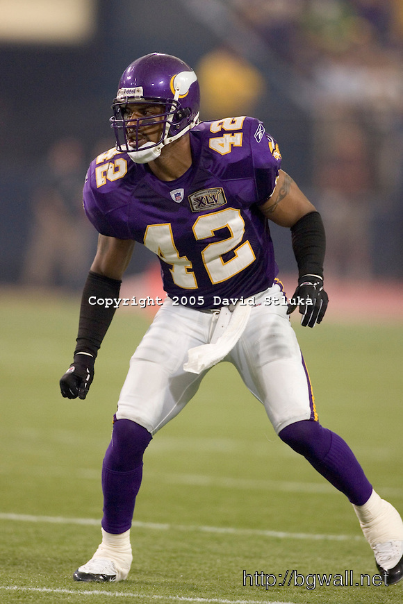 Safety Darren Sharper 42 Of The Minnesota Vikings Plays Defense