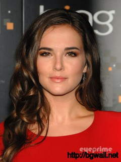 Zoey Deutch As Emily Asher Full Size