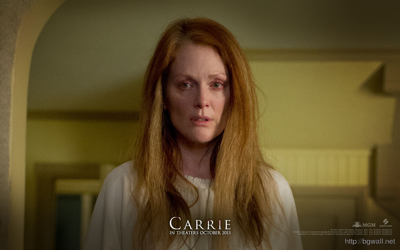 Julianne Moore In Carrie Wallpaper Full Size