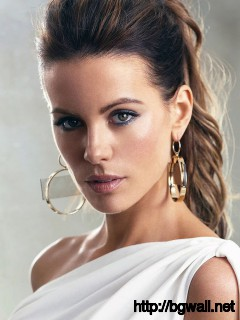 kate beckinsale in white dress looks charming