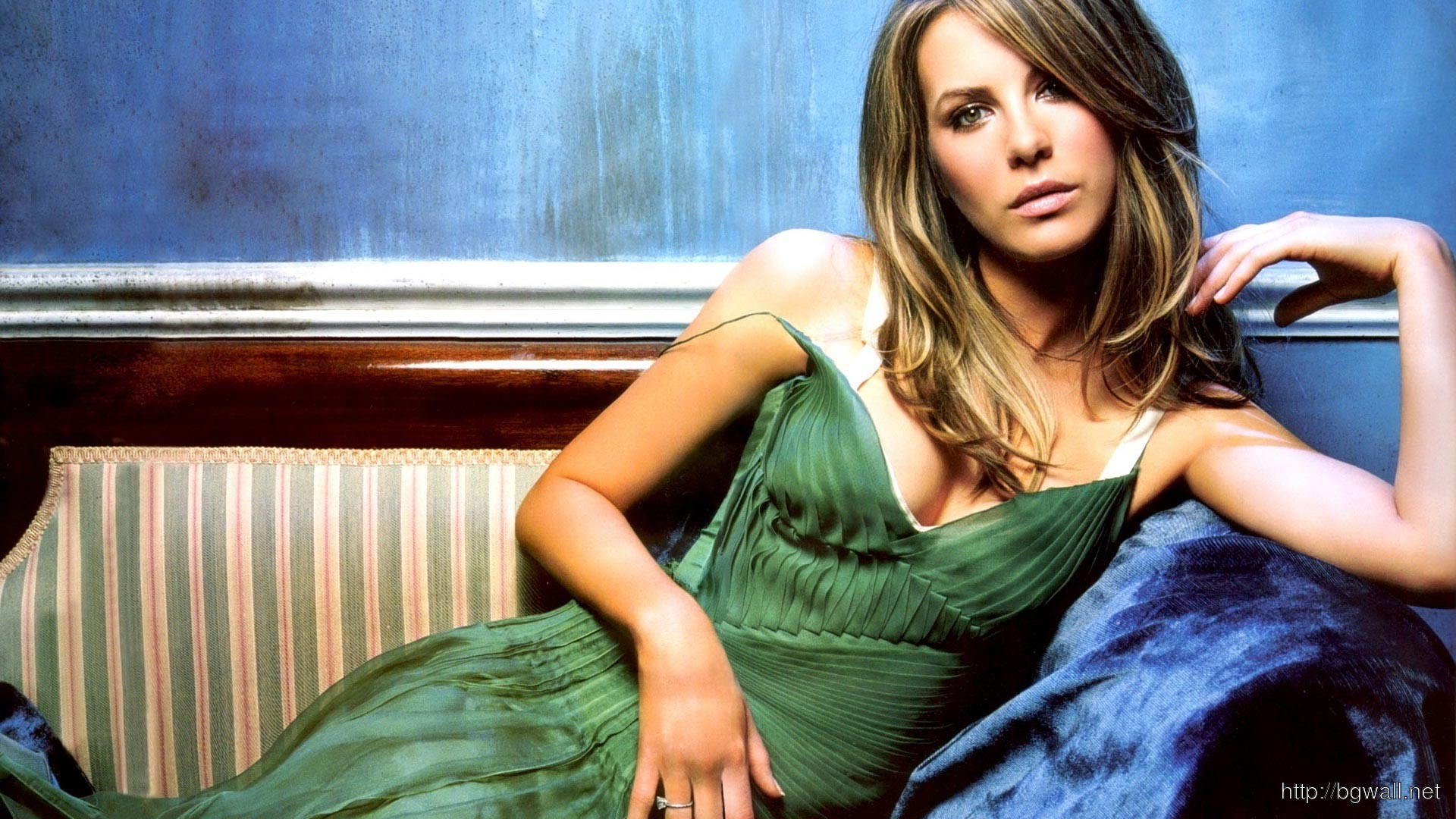 Kate Beckinsale on Sofa Pose Wallpaper