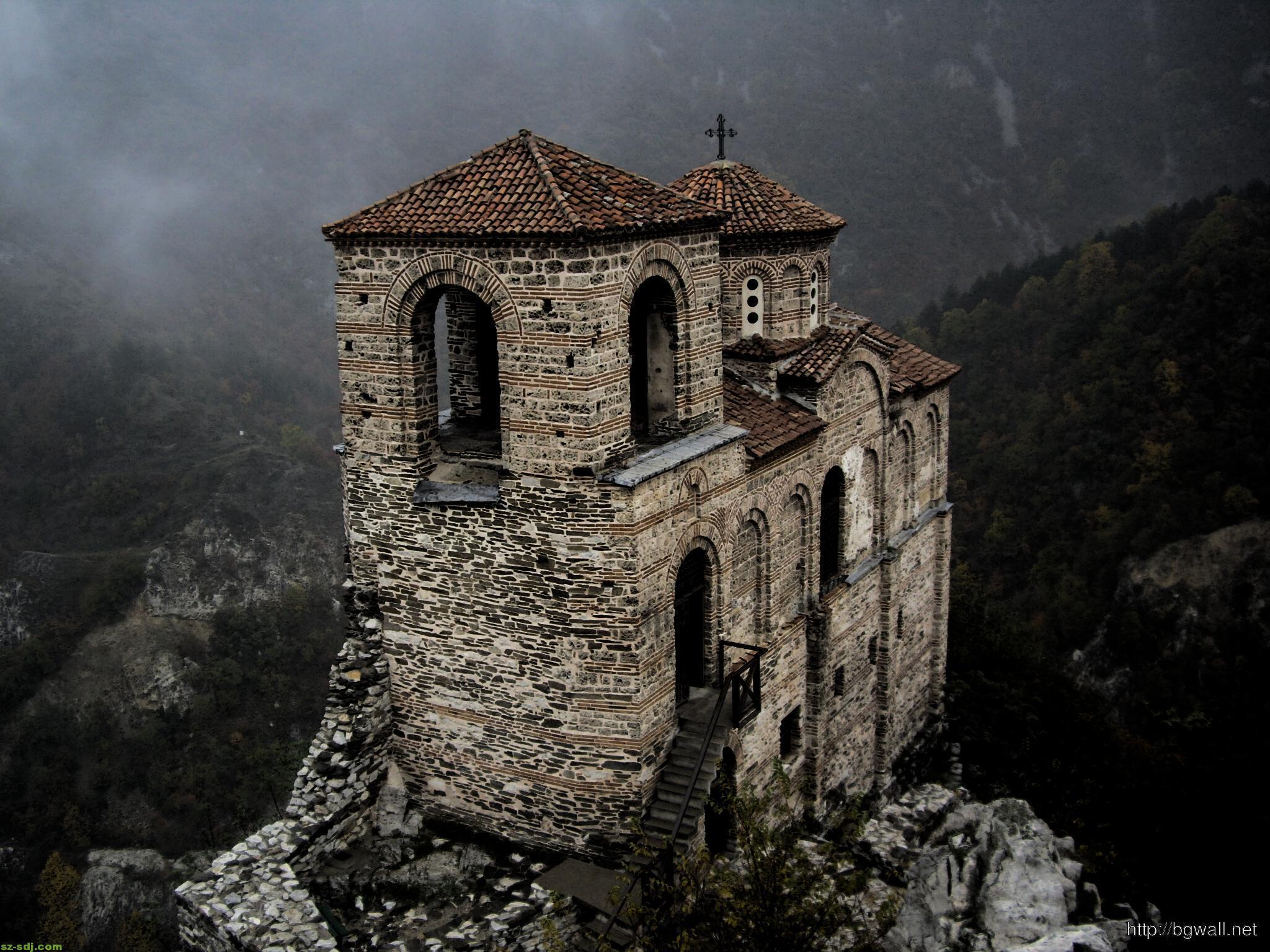 castle-landscape-at-mountain-wallpaper